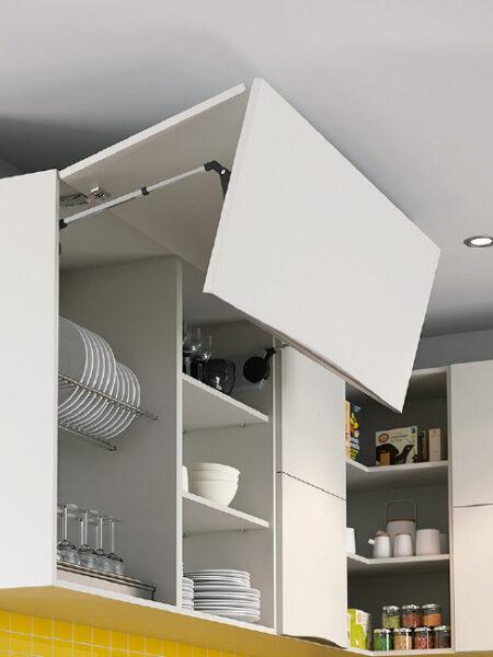 Detalle de apertura de puerta de mueble de cocina abatible