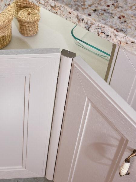Detalle de apertura de puerta de mueble de cocina de rincón