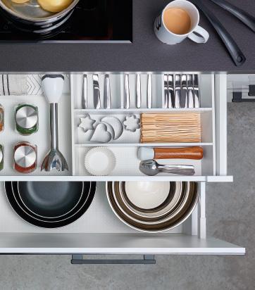 Detalle de accesorios interiores de gavetas de cocina