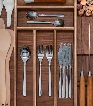 Detalle interior de cajón de cocina para cubiertos