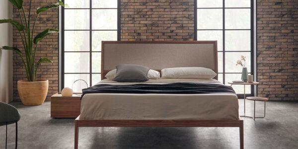 ambiente de dormitorio de matrimonio 11-0003 con acabado american walnut vista frente
