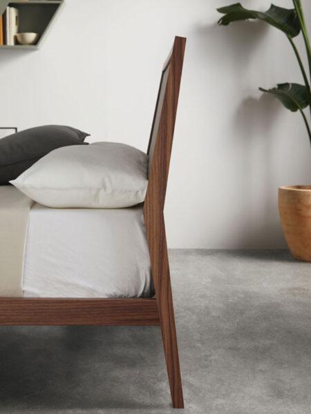 cabecero de dormitorio de matrimonio 11-0003 con acabado american walnut vista detalle lateral