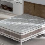 dormitorio con colchon con nucleo flexible viscoelastico 16ac-0001 beige y blanco vista ambiente