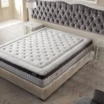 dormitorio con colchon con nucleo flexible viscoelastico 16ac-0002 negro y blanco vista ambiente