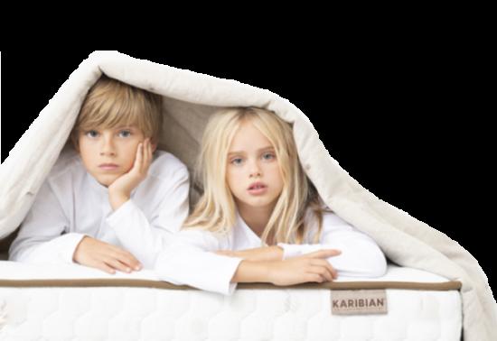 niños en colchón