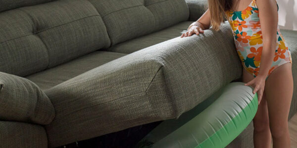 Niña abriendo arcón de sofá 2-3 plazas 10e-0008 color verde vista de detalle