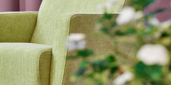 Butaca mecedora 10a-0003 color verde vista ambiente en detalle