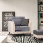 Butaca y puf 10a-0002 color beige con tapizado de reyas vista ambiente