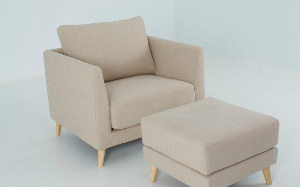 Butaca y puf 10a-0002 color beige patas de madera vista detalle