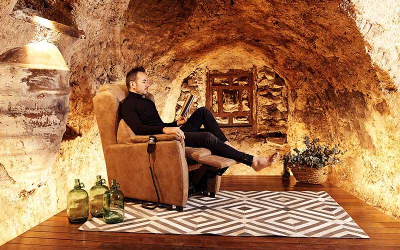 Hombre en butaca relax 10f-0009 color marrón vista ambiente
