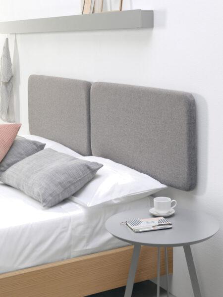 Detalle de cabecero y mesilla de dormitorio de matrimonio 10a-0001 tapizado gris