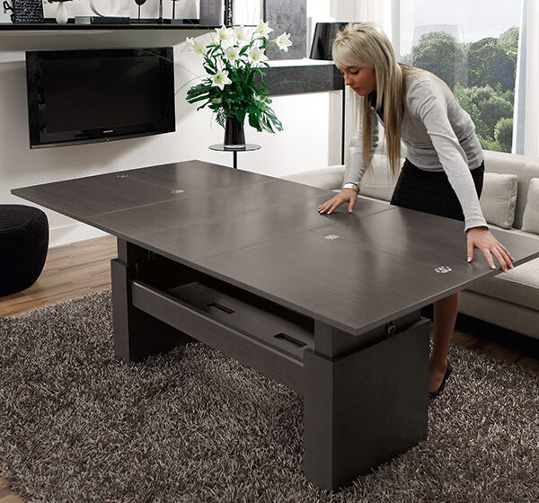 Mujer abriendo mesa auxiliar extensible 14e-0011 negro vista ambiente abierta