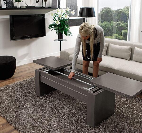 Mujer cerrando mesa auxiliar extensible 14e-0011 negro vista ambiente de detalle de mecanismo