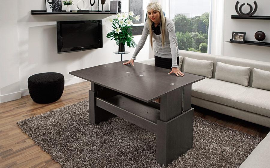 Mujer al lado de mesa auxiliar extensible 14e-0011 negro vista ambiente elevada