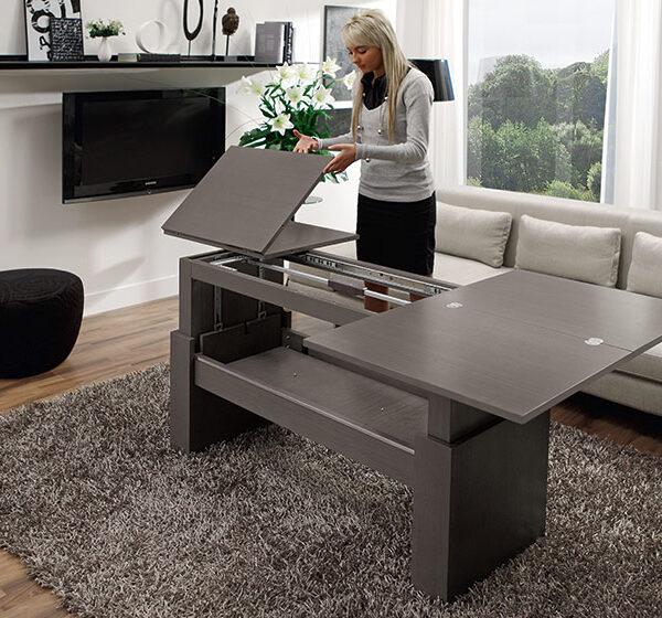 Mujer abriendo mesa auxiliar extensible 14e-0011 negro vista ambiente detalle de mecanismo