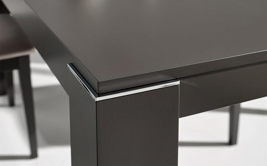 Mesa de comedro 14b-0011 negro y metal vista de detalle patas