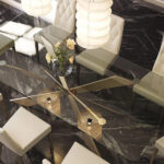 Mesa de comedor 14b-0020 metal dorado y cristal negro vista top