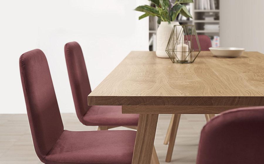 Mesa y silla de comedor 14b-0027 granate y madera vista ambiente de detalle