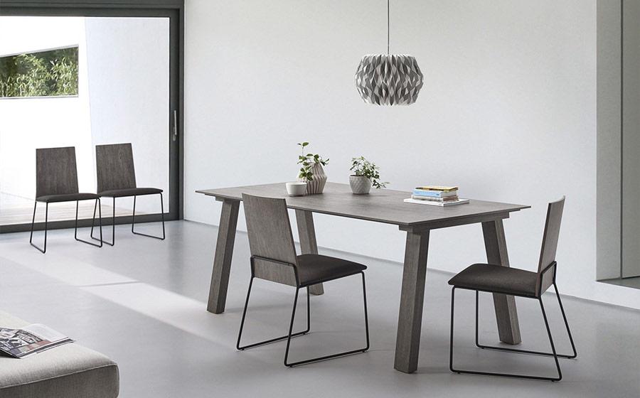 Mesa y sillas de comedor 14b-0027 color madera oscura vista ambiente
