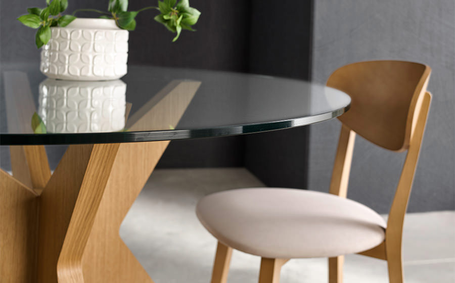 Sillas y mesa de comedor redonda 14f-0012 madera y cristal vista ambiente de detalle