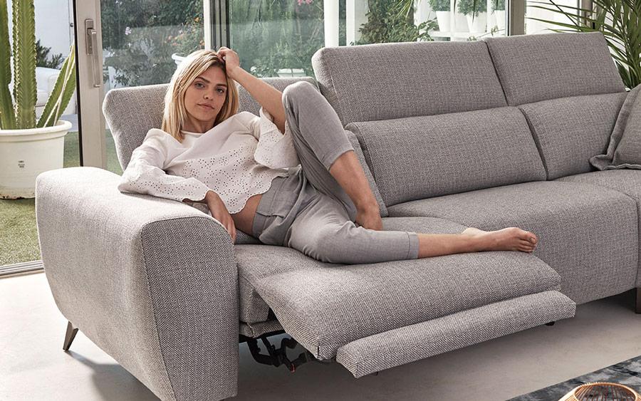 Chica en sofá relax 2-3 plazas 10d-0010 color gris vista ambiente