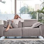 Chica en sofá 2-3plazas 10d-0010 color gris vista frontal