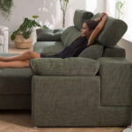 Niña en sofá cama relax 10e-0008 color verde vista lateral