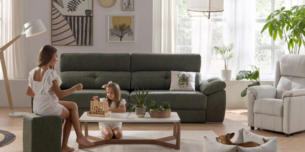 Niñas jugando en salón sentadas en puf de colección de sofás 10e-0008