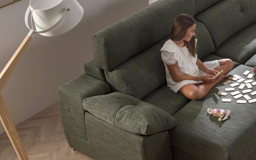 Detalle de niña jugando en sofá cama 10e-0008