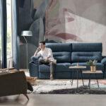 Pareja en salón con sofá cama 10e-0009 color azul y butaca verde