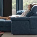 Detalle de mujer en sofá cama deslizante 10e-0009 color azul vista lateral