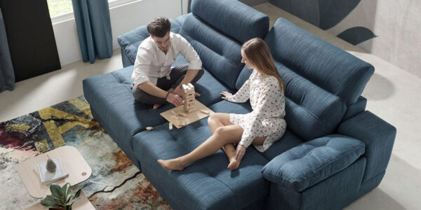 Pareja jugando en sofá cama deslizante 10e-0009 color azul vista top